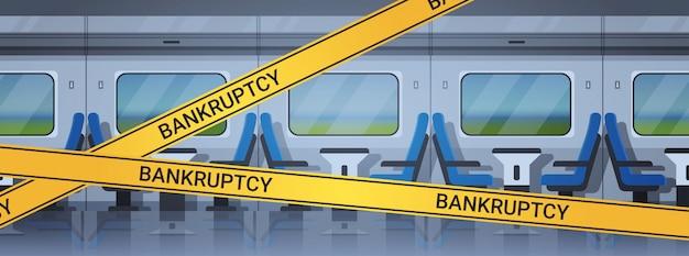 Puste wnętrze pociągu pasażerskiego z żółtą taśmą kryzysową do bankructwa koronawirus pandemiczna kwarantanna