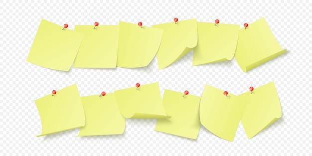Puste żółte naklejki z miejscem na tekst lub wiadomość przyklejone klipsem do ściany. na przezroczystym tle