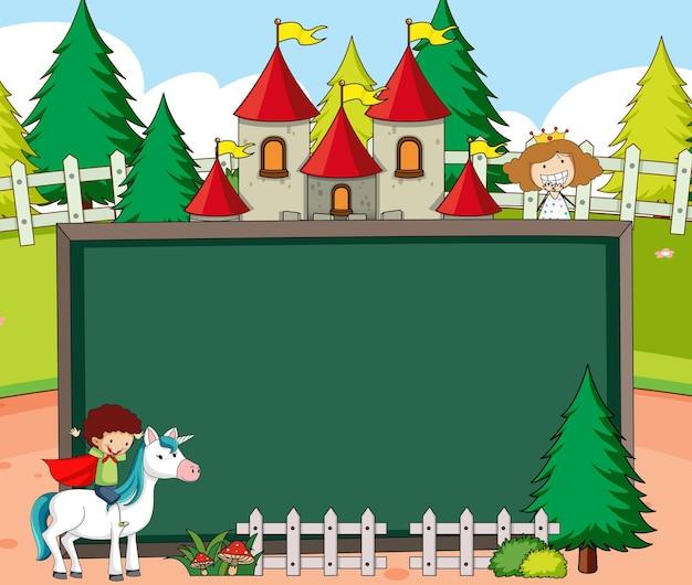 Pusty baner tablicy w scenie leśnej z bajkową postacią z kreskówek i elementami