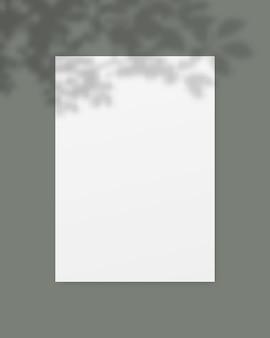 Pusty biały papier z nakładką cienia.