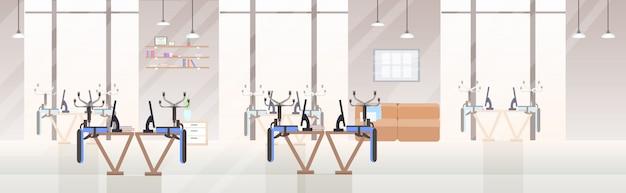 Pusty brak ludzi otwarta przestrzeń kreatywne centrum coworkingowe do góry nogami krzesła na biurkach nowoczesne biuro wnętrze płaskie poziome transparent
