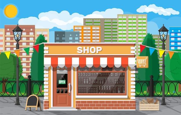 Pusty front sklepowy z oknem i drzwiami. witryna szklana, mały sklep w stylu europejskim.