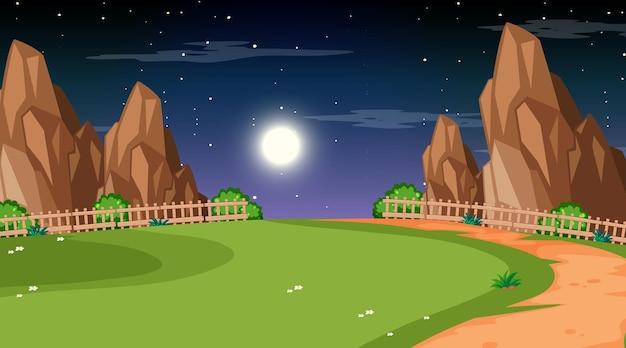 Pusty krajobraz parku przyrody w nocnej scenie ze ścieżką przez łąkę