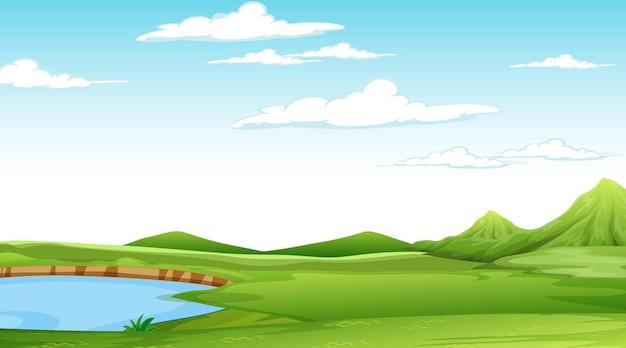 Pusty krajobraz parku przyrody w scenie dziennej z wieloma chmurami na niebie