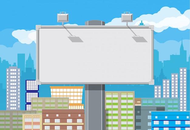 Pusty miejski billboard z lampą i pejzażem miejskim