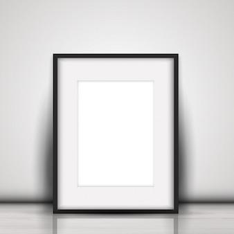 Pusty obraz oparty o białą ścianę