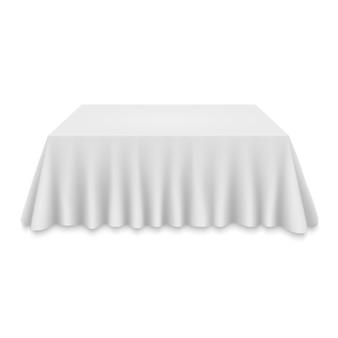 Pusty obrus na stole na białym tle