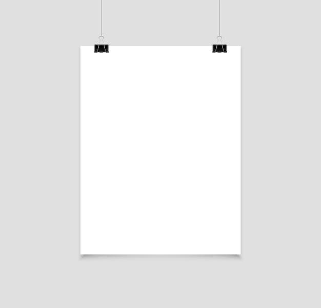 Pusty plakat wiszący na klipsach strona papieru a4 w formacie pionowym