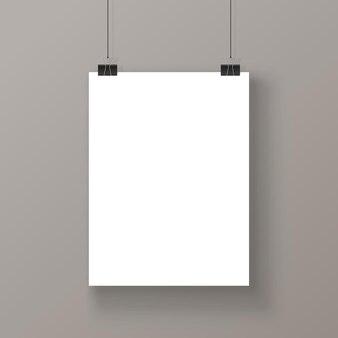 Pusty plakat wiszący przez nici na białym tle