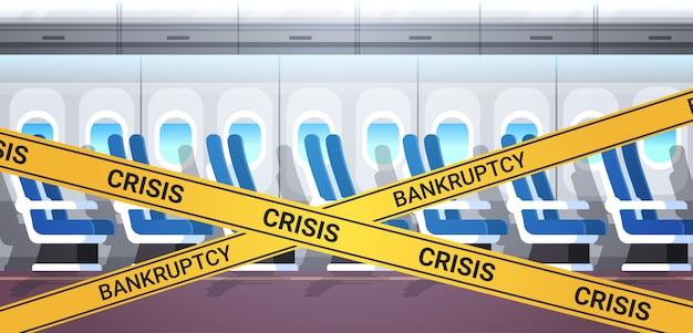 Pusty pokład samolotu bez ludzi z żółtą taśmą kryzysową kryzys koronawirus pandemiczna kwarantanna