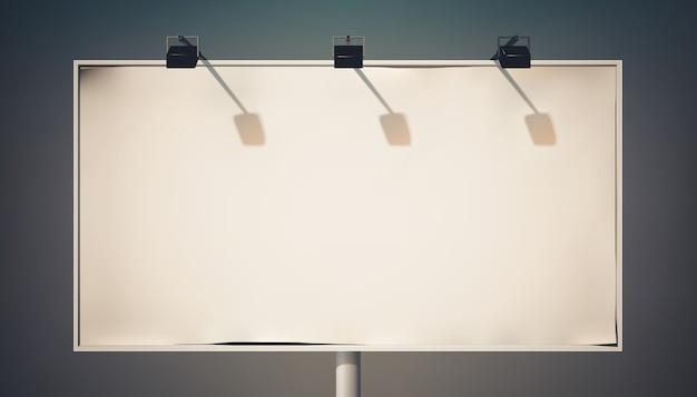 Pusty poziomy billboard reklamowy na kolumnie z reflektorami i metalową ramą na białym tle