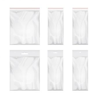 Pusty przezroczysty szablon plastikowej torby. zestaw białych opakowań ze szczeliną do zawieszania. ilustracja