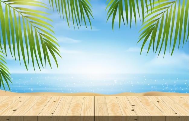 Pusty stół z drewna do ekspozycji produktów na cokole, letnia plaża z błękitnym morzem