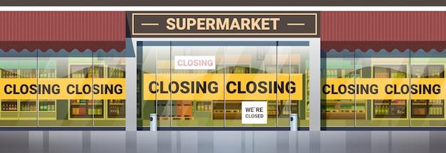 Pusty supermarket z żółtą taśmą zamykającą koronawirusa pandemiczna koncepcja kwarantanny