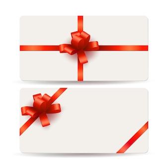 Pusty szablon karty upominkowe z czerwonymi kokardkami i wstążkami