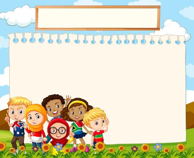 Pusty znak szablon z dziećmi na trawie