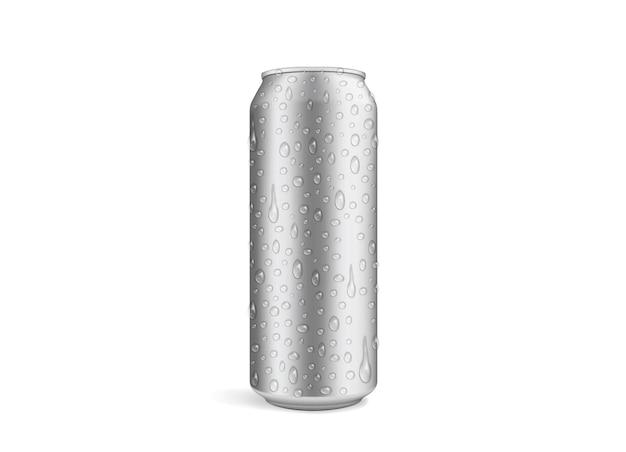 Puszka piwa z kroplami na białym tle