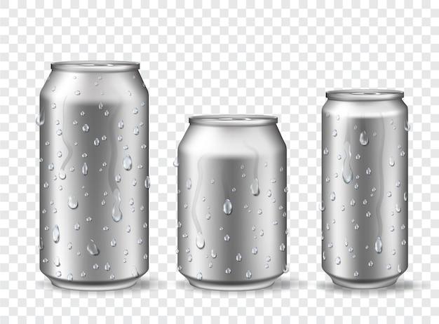 Puszki z kondensacją. zimne aluminiowe piwo, napój energetyzujący lub lemoniada mogą być makietami z kroplami wody. 3d realistyczne metalowe puszki sody wektor zestaw. ilustracja powierzchni metalowych banków alkoholu