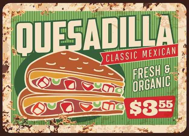 Quesadilla zardzewiały metalowy szyld meksykańskiej restauracji fast food. wektor kukurydziana przekąska z tortilli wypełniona ostrą papryczką chilli, serem, fasolą i mięsem z kurczaka, awokado guacamole i sosami salsa