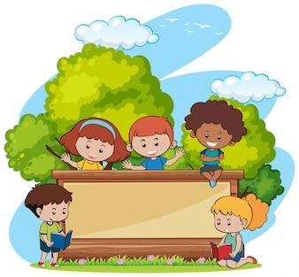 Rabatowy szablon z ślicznymi dziewczynami i chłopiec w parku