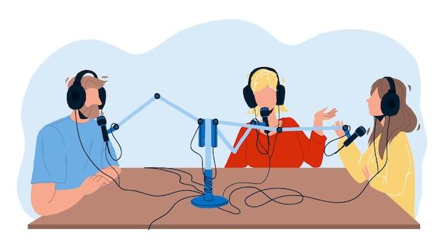 Radio audycji ludzie nagrywania w studio wektor. mężczyzna i kobiety dyskutują i nagrywają transmisję na antenie. znaki rozmawiające w mikrofon sprzęt elektroniczny płaski ilustracja kreskówka