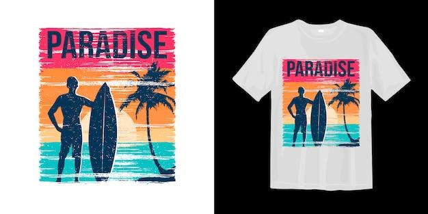Rajski styl surfowania o zachodzie słońca z nadrukowaną sylwetką koszulki z nadrukiem na dłoni