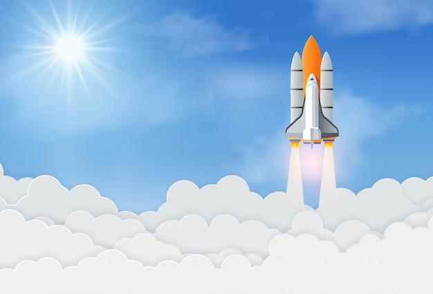 Rakieta kosmiczna lub statek kosmiczny wystrzeliwują w niebo. koncepcja uruchomienia biznesu. sukces i cel korporacyjny