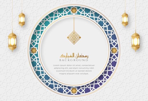 Ramadan kareem biała i niebieska luksusowa islamska karta z pozdrowieniami z ozdobną ramą ornament i latarniami