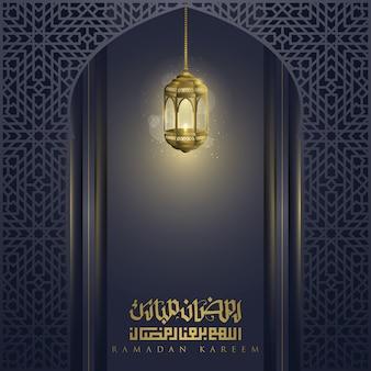 Ramadan kareem powitanie islamskiego wzoru marokańskiego z błyszczącą latarnią i arabską kaligrafią