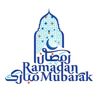 Ramadan mubarak arabska i łacińska typografia z oknem meczetu i geometryczną ilustracją dla islamskiego powitania w tle