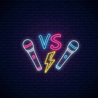 Rapowy neon bojowy z dwoma mikrofonami i błyskawicą. reklama konkursu rapowego.