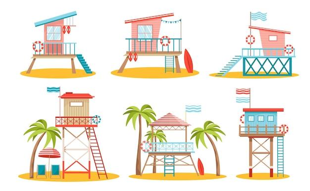 Ratuj budynki strażnicze na plaży na stosach z kołami ratunkowymi