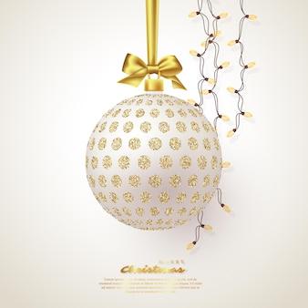 Realistyczna bożonarodzeniowa biała bombka ze złotą kokardą i girlandą. elementy dekoracyjne na boże narodzenie wakacje tło. ilustracja wektorowa.