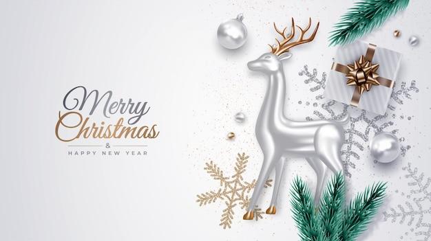 Realistyczna dekoracyjna kompozycja świąteczna ze srebrnym szklanym jeleniem, gałązkami sosny, prezentami, ozdobami, płatkami śniegu, bombkami