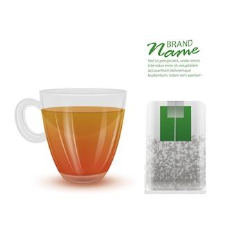 Realistyczna filiżanka herbaty i torebka herbaty na białym tle