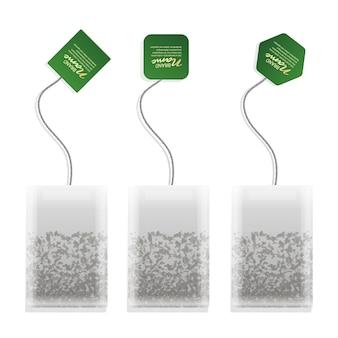 Realistyczna ilustracja torebki herbaty z zieloną etykietą w różnych kształtach na białym tle