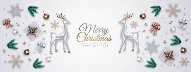 Realistyczna kompozycja dekoracyjna z jelenia ze srebrnego szkła, gałęzi sosny, prezentów, ozdób, płatków śniegu, bombek. widok z góry.