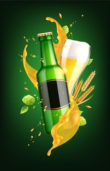 Realistyczna kompozycja piwa ze szkła i butelki z pustą etykietą i rozpryskami płynu