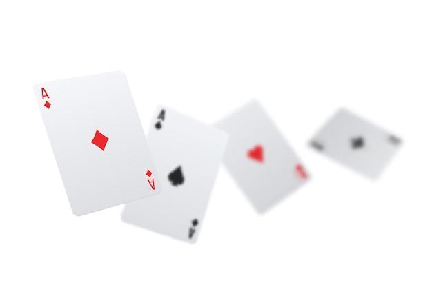 Realistyczna kompozycja pokera z rozmytymi kartami w czterech kolorach