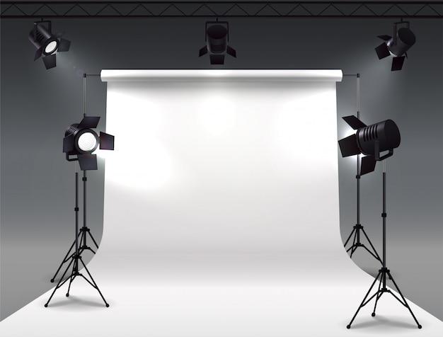 Realistyczna kompozycja reflektorów z cyklloramą i studyjnymi reflektorami wiszącymi na rolce i zamontowanymi na stojakach