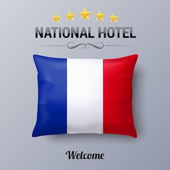 Realistyczna poduszka i flaga francji jako symbol national hotel. poszewka na poduszkę z flagą i flagą francji