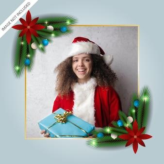 Realistyczna świąteczna ramka na zdjęcia z prezentami zielone liście bombki choinkowe i czerwone kwiaty