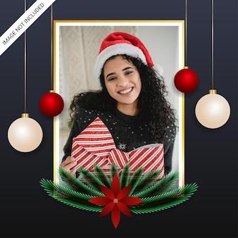 Realistyczna świąteczna ramka na zdjęcia z prezentami zielony liść białe i czerwone kulki i czerwone kwiaty