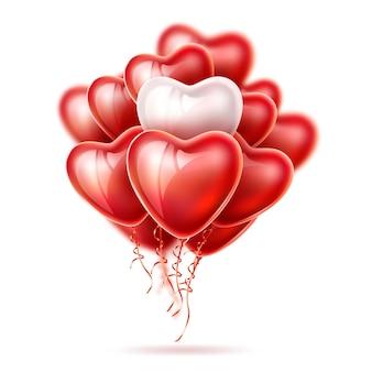 Realistyczne balony w kształcie serca, jedwabne eleganckie wstążki na białym tle.