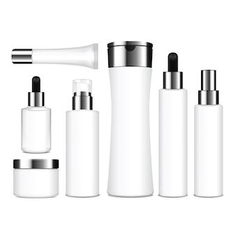 Realistyczne białe butelki kosmetyczne. pojemniki, tubki, saszetka na krem, balsam, balsam, żel, szampon, krem podkładowy. ilustracja