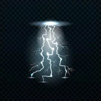 Realistyczne błyskawice na przezroczystym tle. pojęcie elektryczności i efektów elektrycznych.
