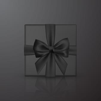 Realistyczne czarne pudełko z czarną kokardką i wstążką. element do dekoracji, prezenty, pozdrowienia, święta.