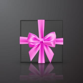 Realistyczne czarne pudełko z różową kokardką i wstążką. element do dekoracji, prezenty, pozdrowienia, święta.