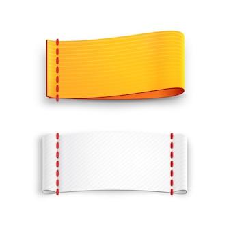Realistyczne etykiety tkanin wektorowych z przeszyciami na białym tle