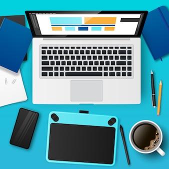 Realistyczne miejsce pracy projektanta z laptopem, tabletem graficznym, kawą. projektowanie strony internetowej, tworzenie interfejsu użytkownika i interfejsu użytkownika
